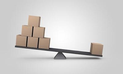balanca-com seis-caixas-em-um-lado-e-uma-caixa-do-outro-lado