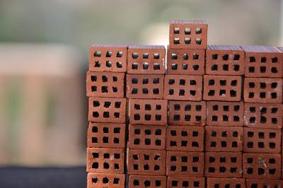 tijolos-miniatura-empilhados
