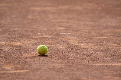 bola-de-tenis-em-um-campo
