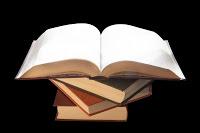 pilha-de-livros-com-um-livro-aberto-por-cima
