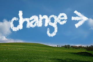 paisagem-com-nuvens-escritas-com-a-palavra-mudanca-em-ingles