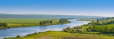 paisagem-com-rio-colinas-e-planícies
