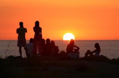 pessoas-admirando-o-por-do-sol-na-praia