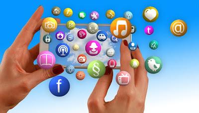 pessoa-com-smartphone-e-icones-redes-sociais