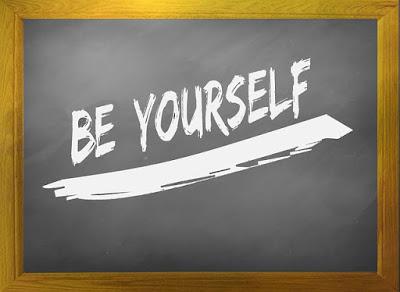 quadro-negro-com-a-frase-be-yourself-escrita