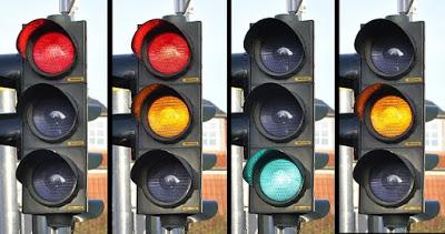 quatro-semaforos-cada-um-com-uma-cor-acesa