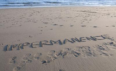praia-com-palavra-impermanencia-escrita-na-areia
