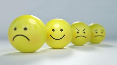 Emoticons tristeza, alegria, raiva, medo. Bons pensamentos geram sentimentos.