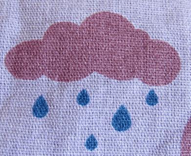 tecido com estampa nuvem e gotas de chuva