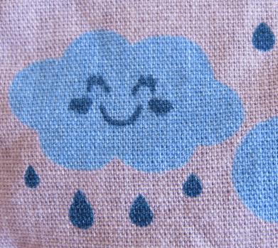 tecido com estampa nuvem sorrindo e gotas de chuva
