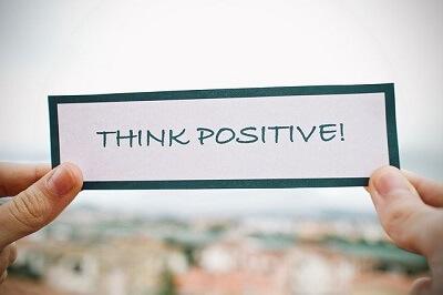 cartão escrito pense positivo