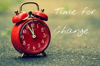 relógio na grama com a frase: tempo para mudar